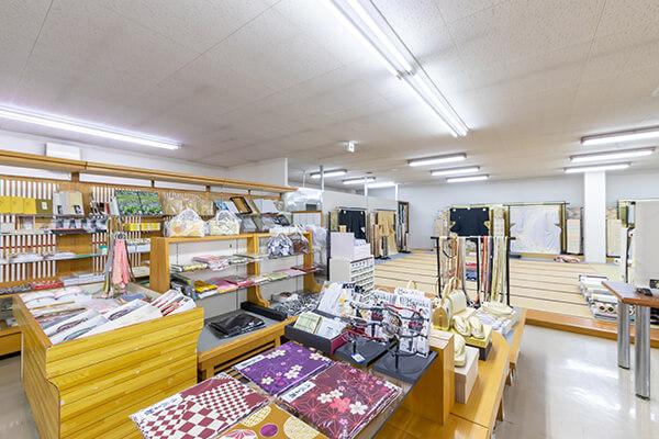 和装関連の商品や、着付け可能なスペースもございます。